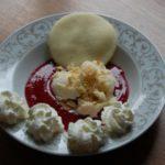 Glace vanille sur coulis de framboises et son biscuit