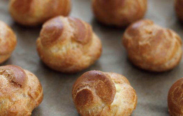 Pâte à choux d'une apprentie pâtissière