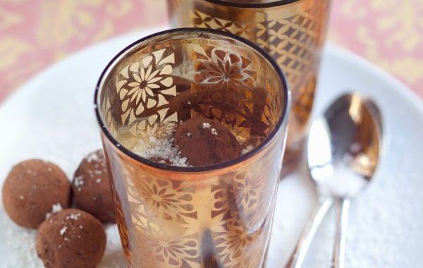 Soupe au lait de coco et truffes au chocolat