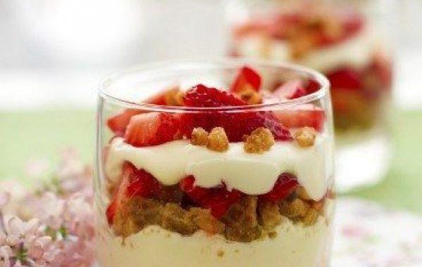 Verrines aux madeleines et aux fraises