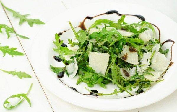 Salade de roquette au parmesan et pignons