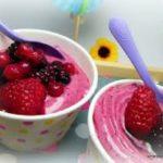 Glace au yaourt et aux framboises et coulis de framboise