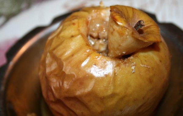 Pommes au four fourrées noix et crème de caramel au beurre salé