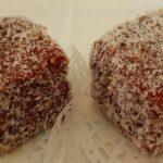Petits gâteaux enrobés au chocolat et à la noix de coco