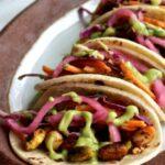 Street tacos aux pistaches avec salade crémeuse pistaches et avocat